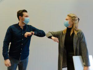 Begrüßung während der Pandemie: distanziert, aber nicht weniger herzlich (Foto: Maxime auf Unsplash.com)